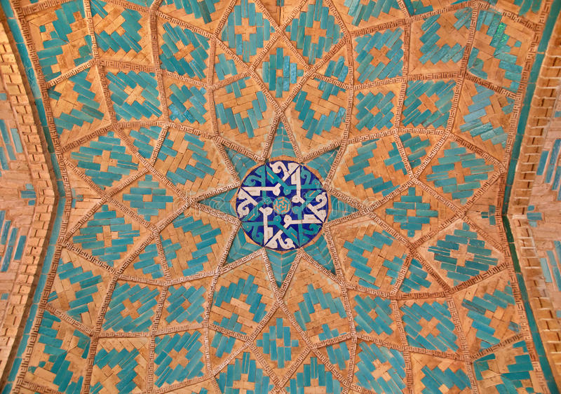 La muratura si è mescolata con le mattonelle blu all'interno di una moschea immagine stock