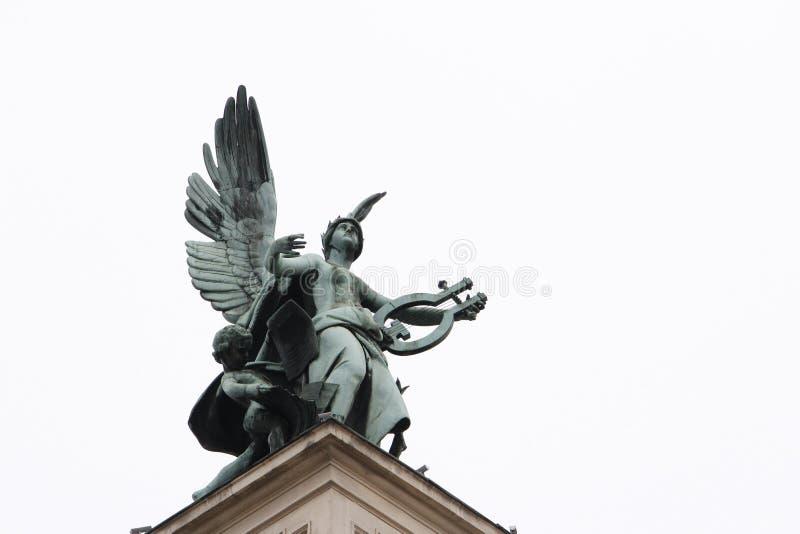 La musa se va volando la escultura imagen de archivo