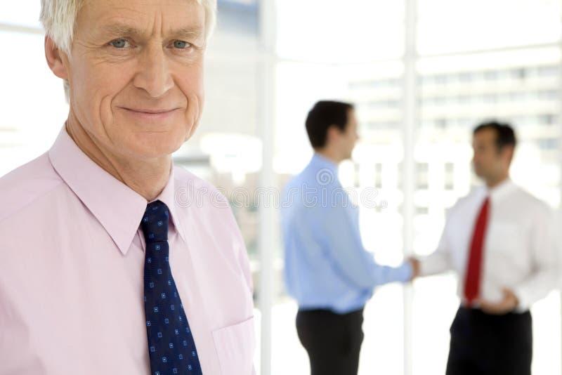 La négociation d'affaires mène à la poignée de main image stock