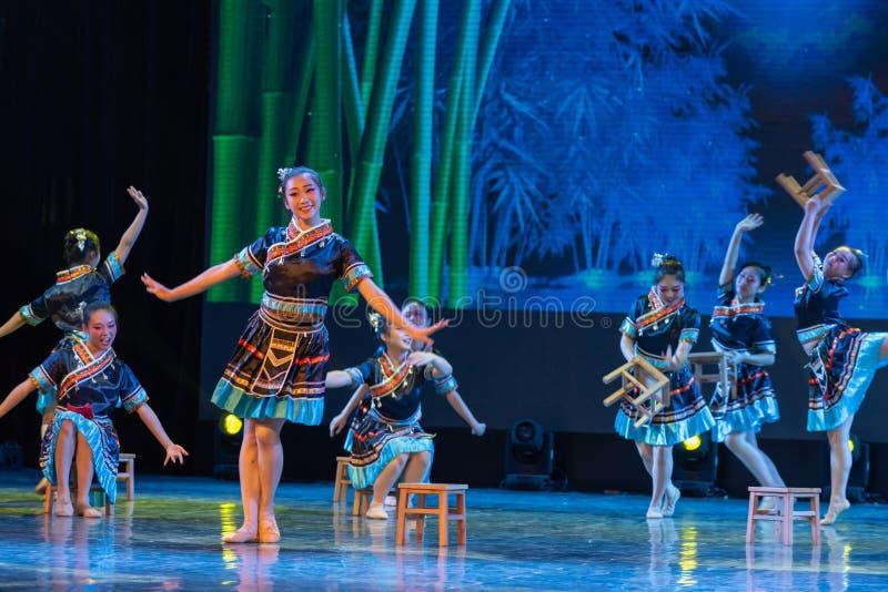 La nacionalidad del baño-Tujia del claro de luna - danza clásica china imagen de archivo