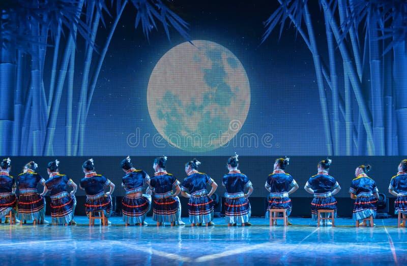 La nacionalidad del baño-Tujia del claro de luna - danza clásica china fotos de archivo libres de regalías