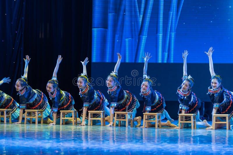 La nacionalidad del baño-Tujia del claro de luna - danza clásica china foto de archivo