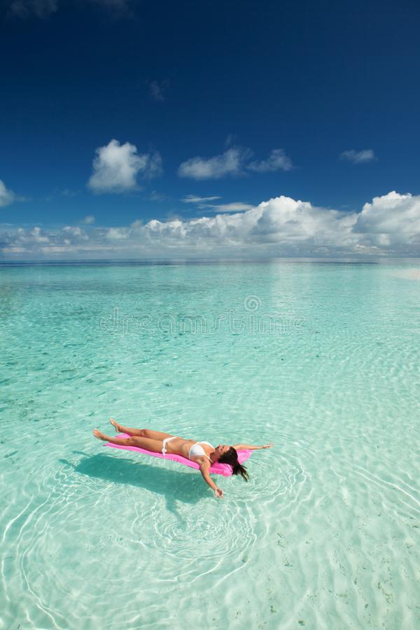 La nadada de la mujer y se relaja en el mar Forma de vida feliz de la isla Arena blanca, mar cristal-azul de la playa tropical Va imagen de archivo