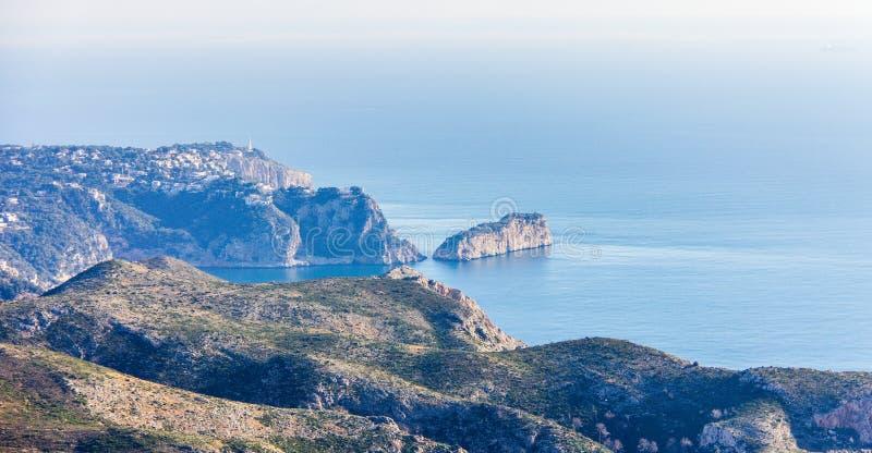 La Nao海角全景在Javea,西班牙 从昆布雷del Sol Mountain的看法 库存照片
