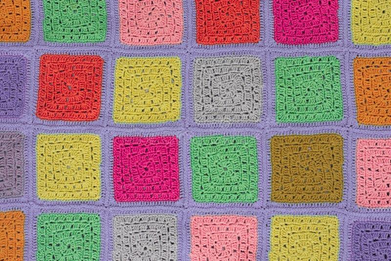 la nappe faite du crochet de dentelle des places multicolores ornementent sur un fond gris, la vue supérieure, endroit pour le te photos stock