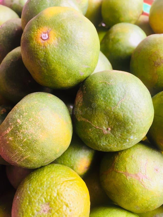 La naranja marchitada da fruto las verduras anaranjadas putrefactas imagen de archivo