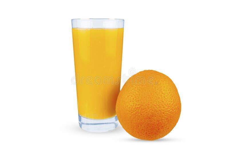 La naranja se encuentra al lado de un vaso que sirve zumo de naranja foto de archivo libre de regalías