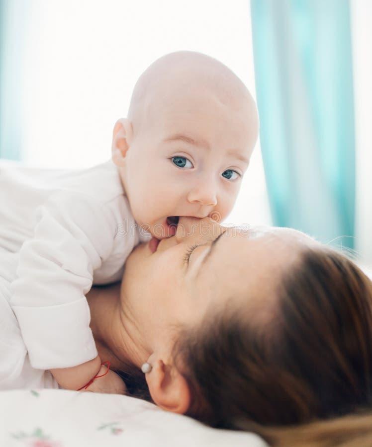 La nariz de la madre penetrante del bebé foto de archivo libre de regalías