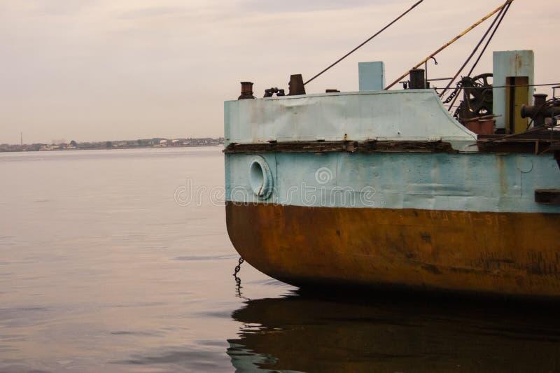 La nariz de la nave que se coloca en el río Volga imágenes de archivo libres de regalías
