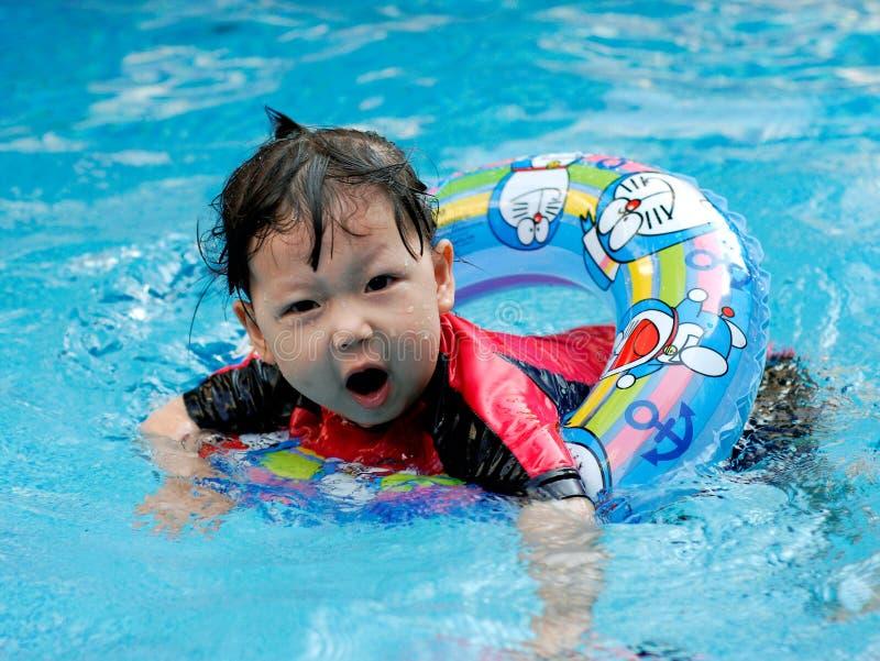 la natación del niño imagenes de archivo