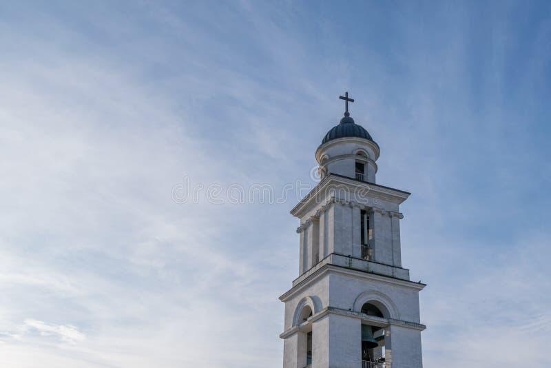 La natividad metropolitana de la catedral de la aguja del señor hacia un cielo azul, en Chisinau, el Moldavia imagenes de archivo
