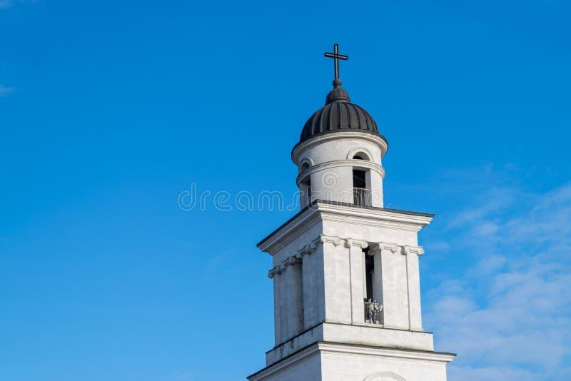 La natividad metropolitana de la catedral de la aguja del señor hacia un cielo azul, en Chisinau, el Moldavia imagen de archivo