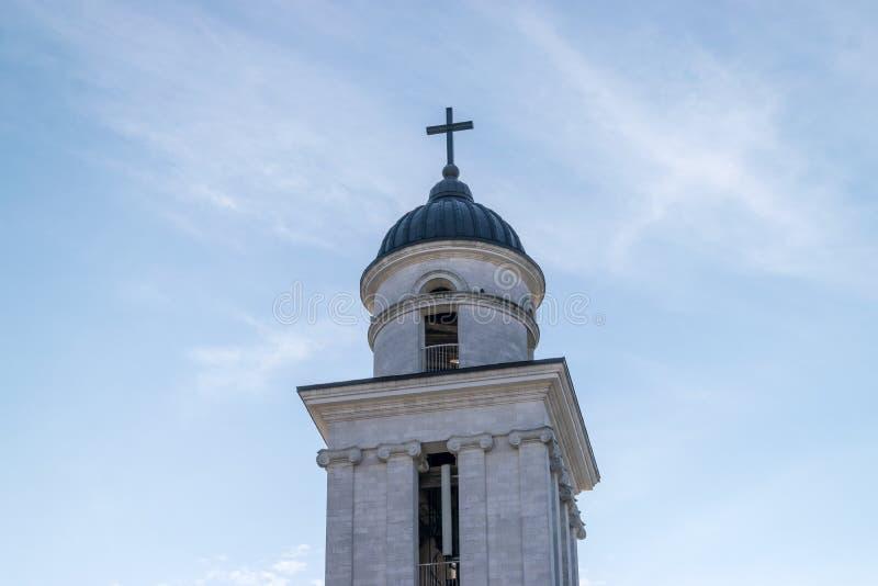La natividad metropolitana de la catedral de la aguja del señor hacia un cielo azul, en Chisinau, el Moldavia foto de archivo