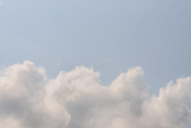 La natura del cielo scuro con nuvoloso di mattina fotografia stock libera da diritti