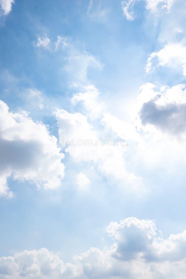 La natura di cielo blu con la nuvola di mattina immagini stock libere da diritti