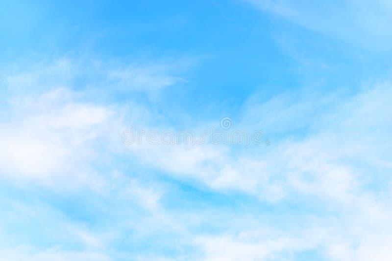 La natura di cielo blu con la nuvola di mattina fotografia stock libera da diritti