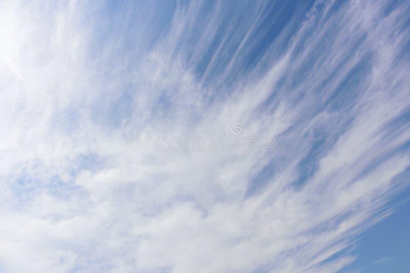 La natura di cielo blu con la nuvola di mattina fotografia stock