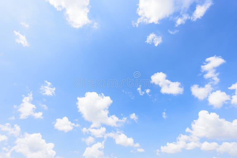 La natura di cielo blu con la nuvola di mattina immagine stock