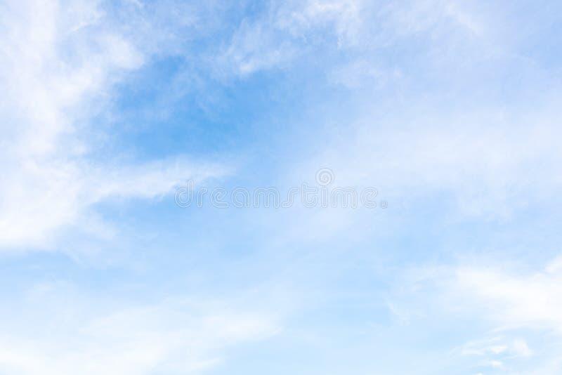 La natura di cielo blu con la nuvola di mattina immagini stock