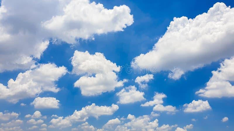 La natura di cielo blu con la nuvola di mattina fotografie stock libere da diritti