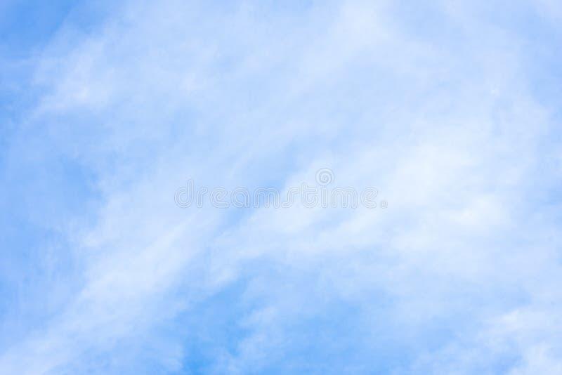 La natura di cielo blu con la nuvola di mattina fotografie stock