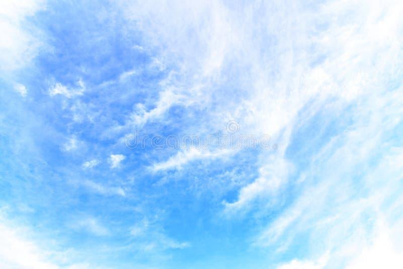 La natura di cielo blu con la nuvola di mattina immagine stock libera da diritti