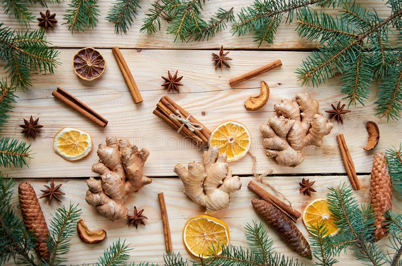 La natura morta del fondo del nuovo anno con lo zenzero tradizionale delle spezie, le arance secche, le mele, i bastoni di cannel fotografia stock libera da diritti