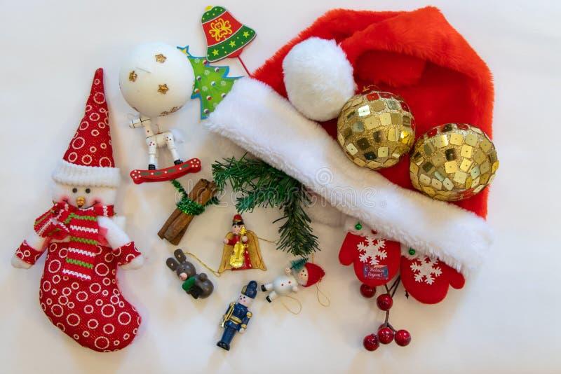 La natura morta del nuovo anno, un tipo di planarità Rosso del pupazzo di neve, palle di Natale, figure di Natale, candela immagini stock