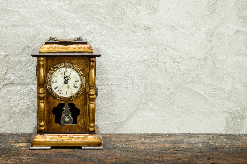 la natura morta dell'orologio antico sopra woolden la plancia ed il vecchio te concreto immagini stock libere da diritti