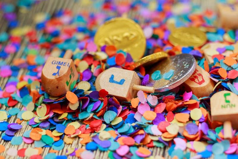 La natura morta ebrea di Dreidel di festa ha composto di elementi il festival di Chanukah di hanukkah immagine stock libera da diritti