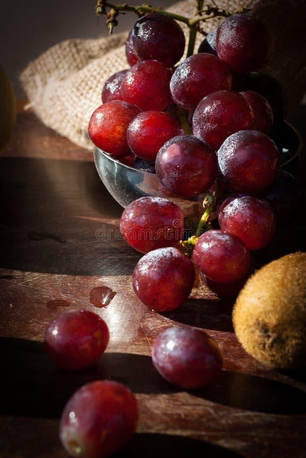 La natura morta fruttifica con la pera cinese, il kiwi, la mela rossa, l'uva ed il Cu immagine stock
