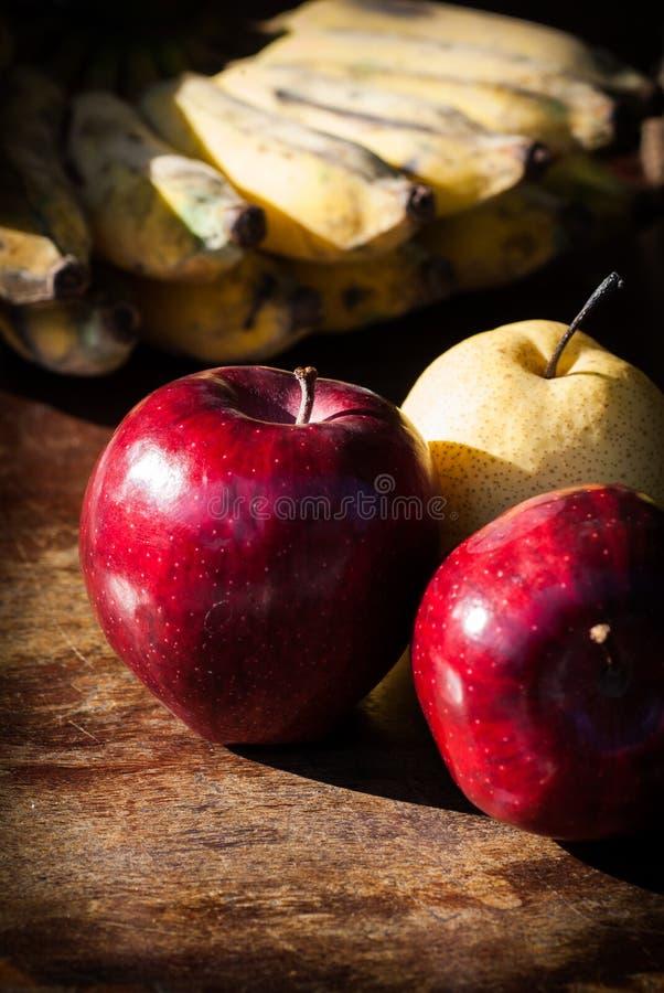 La natura morta fruttifica con la pera cinese, il kiwi, la mela rossa, l'uva ed il Cu fotografie stock libere da diritti