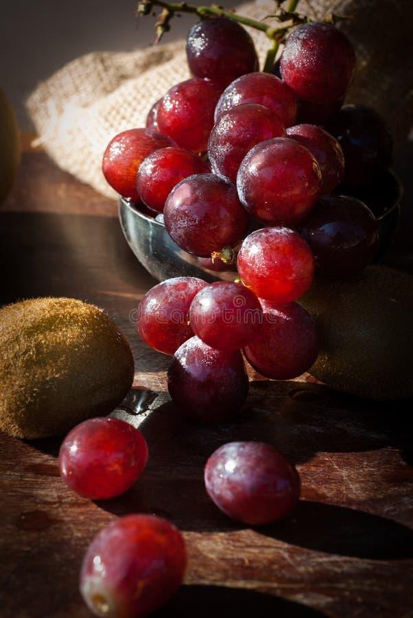 La natura morta fruttifica con la pera cinese, il kiwi, la mela rossa, l'uva ed il Cu fotografia stock