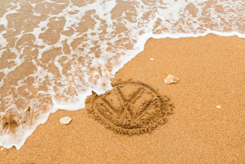 La naturaleza pega detrás - el logotipo de Volkswagen que es lavado fotografía de archivo libre de regalías