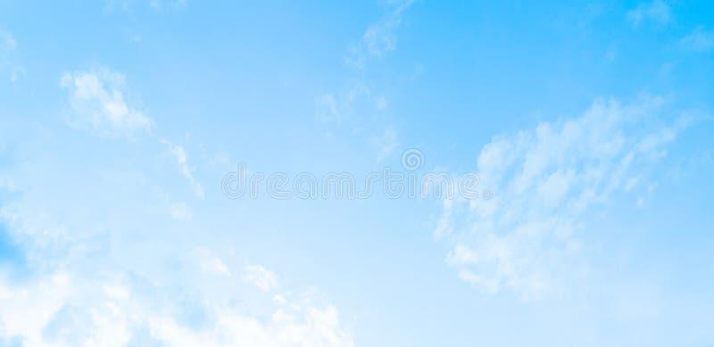 La nature du ciel bleu avec le bruit du jour images libres de droits