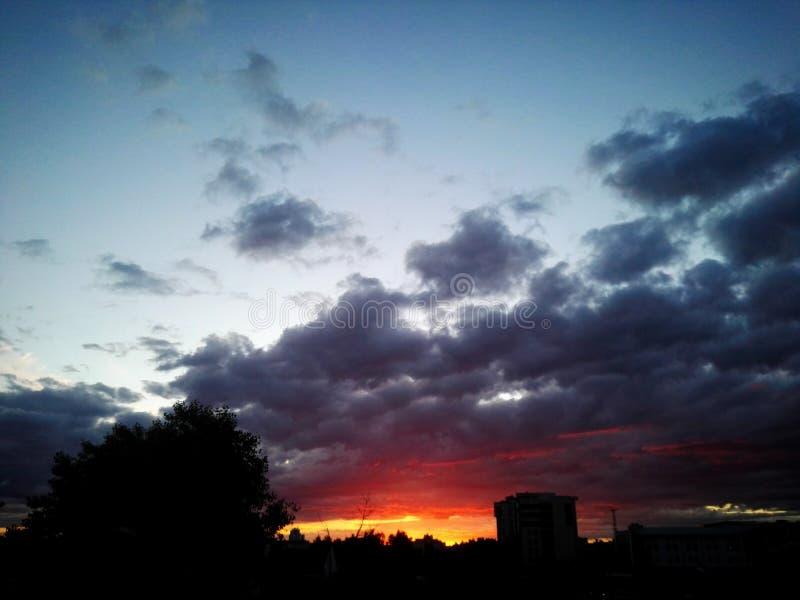 La nature orange rouge assez belle chaude de ciel d'été de coucher du soleil chaud de coucher du soleil opacifie l'horizon photos libres de droits