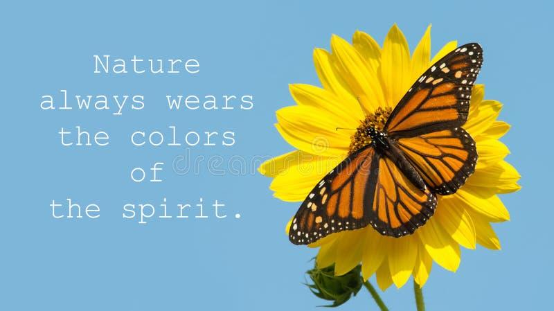 La nature porte toujours les couleurs de l'esprit - citez avec un papillon de monarque féminin photos stock