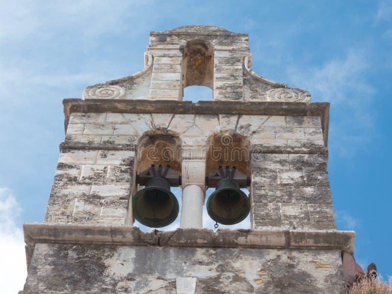 La nature reprend une église de construction ruinded abandonnée image stock