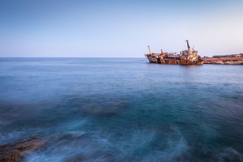 La nave arrugginita Edro III abbandonata vicino a Pegeia, Paphos, Cipro all'alba immagini stock