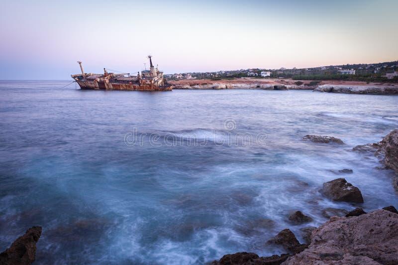 La nave arrugginita Edro III abbandonata vicino a Pegeia, Paphos, Cipro all'alba immagini stock libere da diritti