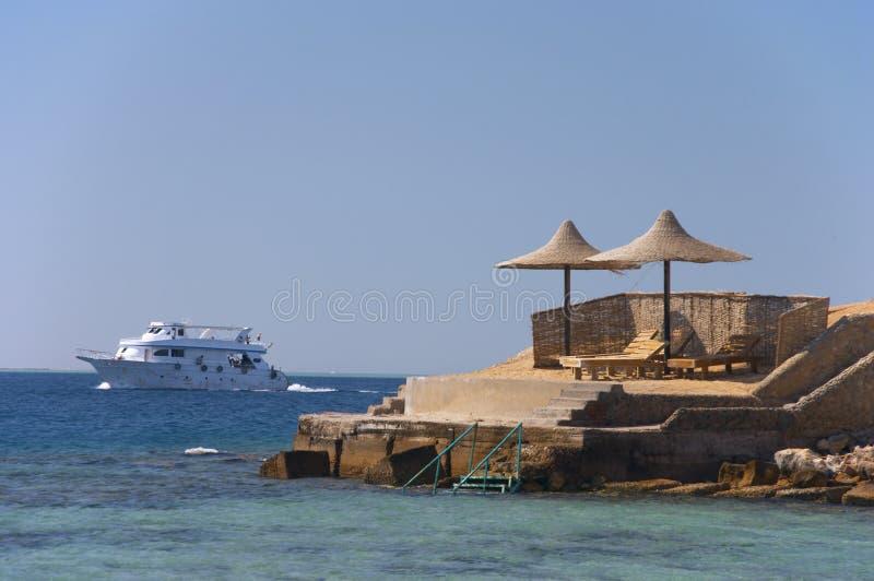 La nave che passa da una spiaggia fotografia stock libera da diritti