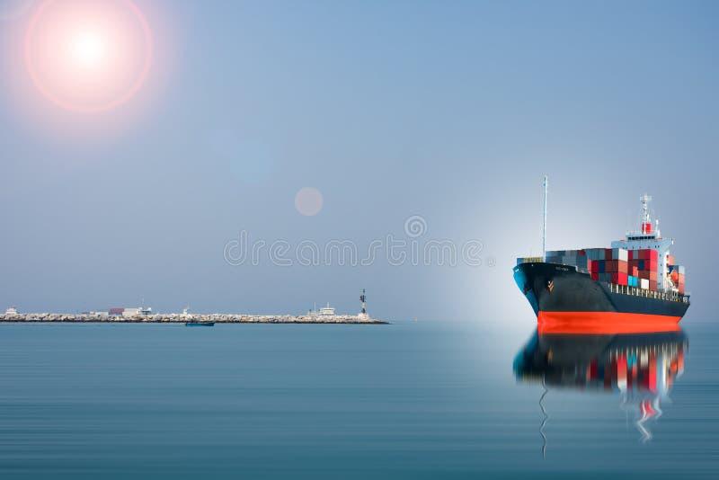 La nave con il contenitore si imbatte nel bacino fotografia stock