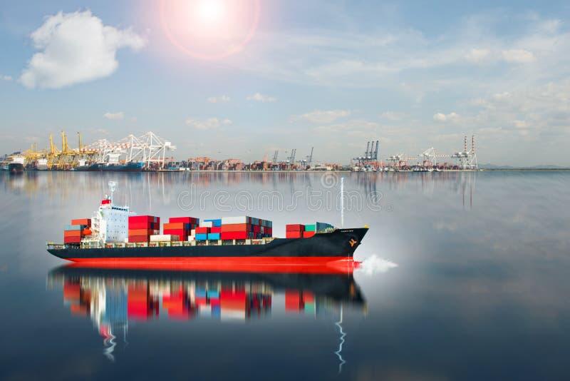 La nave con il contenitore sta correndo dal bacino immagine stock