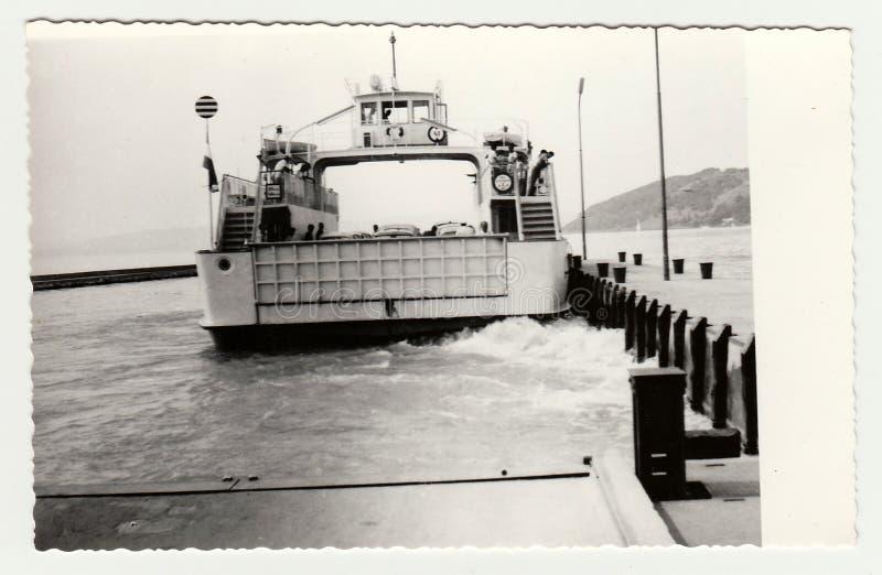La nave d'annata di manifestazioni della foto trasporta le automobili a bordo fotografie stock