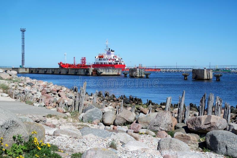 La nave da carico nel porto marittimo fotografia stock