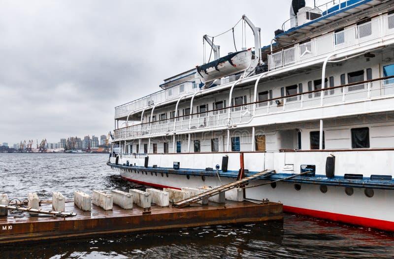 La nave da crociera è attraccata all'argine del fiume di Mosca immagine stock