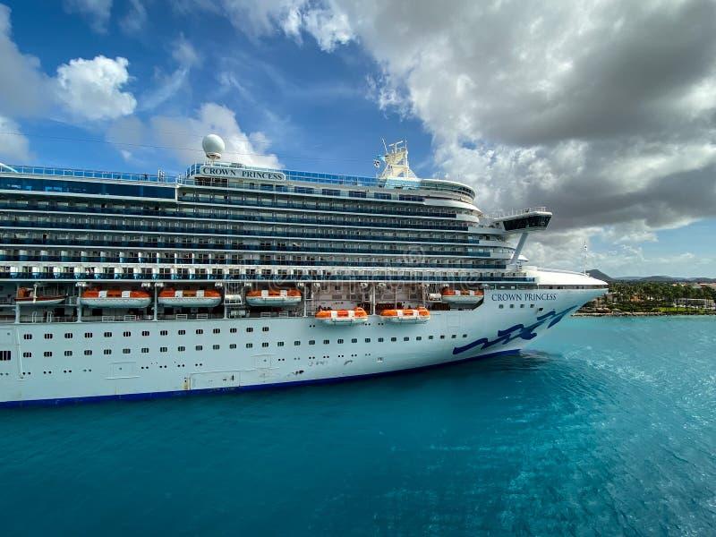 La nave da crociera Crown Princess è di proprietà della Carnival Corporation, attraccata ad Aruba in una giornata di sole con cie immagini stock libere da diritti