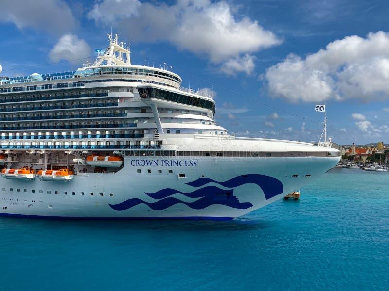 La nave da crociera Crown Princess è di proprietà della Carnival Corporation, attraccata ad Aruba in una giornata di sole con cie fotografia stock