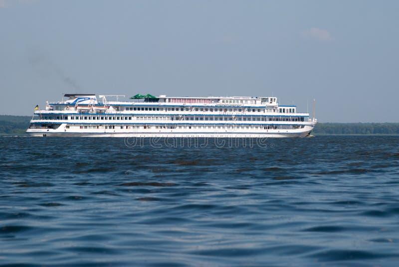 La nave da crociera della quattro-piattaforma del passeggero è sul Dnieper, un giorno di estate soleggiato sul fiume fotografia stock libera da diritti