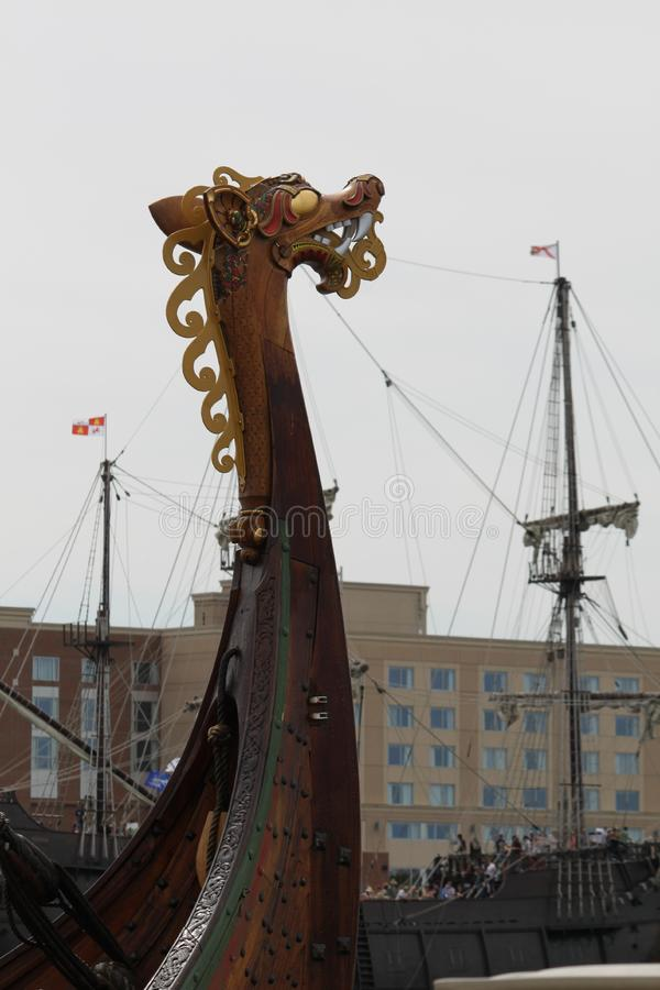 La nave de Viking y el barco pirata foto de archivo